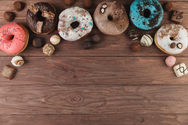 Ciambelle colorate con cioccolato Foto Gratuite