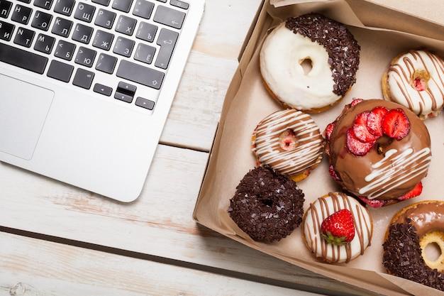 Ciambelle colorate in scatola Foto Premium