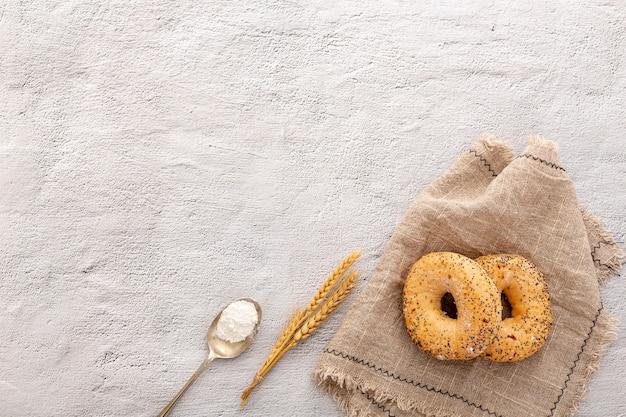 Ciambelle di pane da forno su tessuto di tela con spazio di copia Foto Gratuite