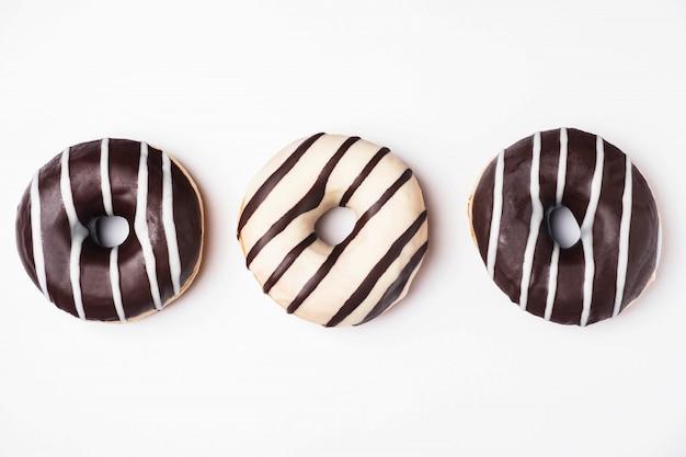Ciambelle glassate con cioccolato bianco e fondente Foto Premium