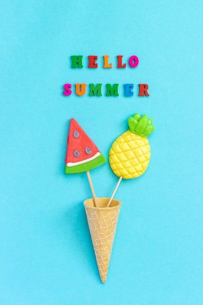 Ciao estate testo, lecca lecca ananas e anguria in cono gelato concetto vacanze o vacanze Foto Premium