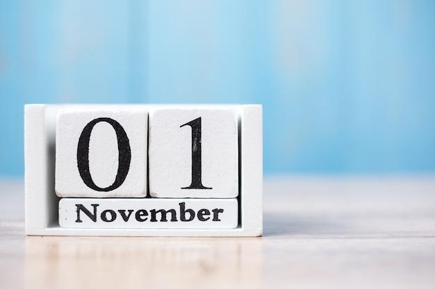 Ciao novembre del calendario bianco su legno con copyspace Foto Premium