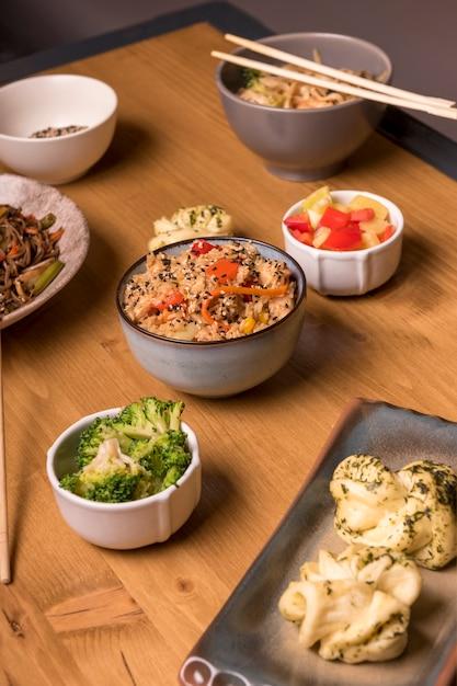 Cibo asiatico con assortimento di verdure e piatti Foto Gratuite