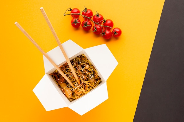 Cibo asiatico con mazzo di pomodori Foto Gratuite