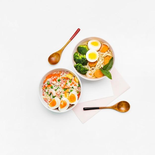 Cibo asiatico delizioso e sano su uno sfondo bianco Foto Gratuite