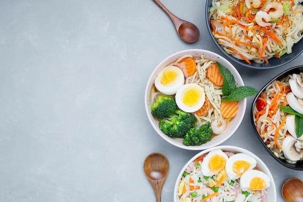 Cibo asiatico delizioso e sano su uno sfondo grigio con texture con spazio di copia Foto Gratuite