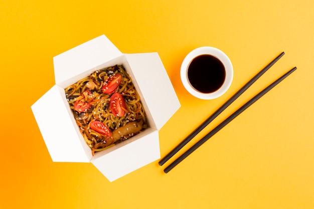 Cibo cinese con soia e bacchette Foto Gratuite