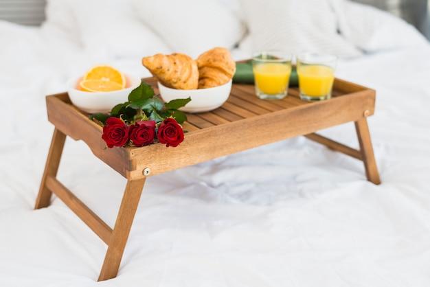 Tavoli Per Colazione A Letto : Cibo e fioriture sul tavolo della colazione sul letto scaricare