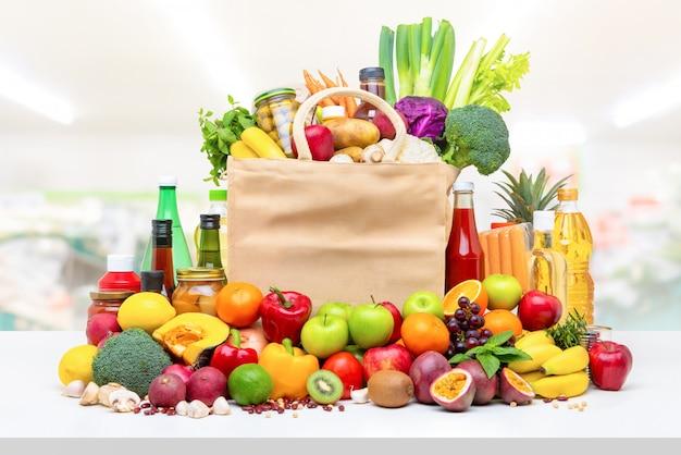 Cibo e generi alimentari variopinti sul controsoffitto bianco Foto Premium