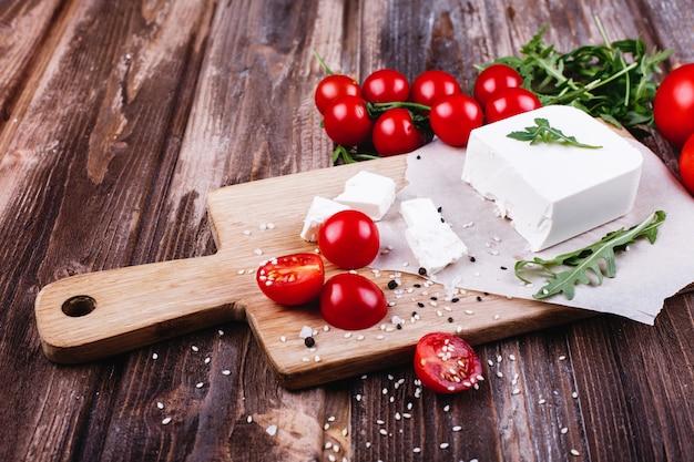Cibo fresco e sano deliziosa cena italiana formaggio fresco servito sul bordo di legno Foto Gratuite