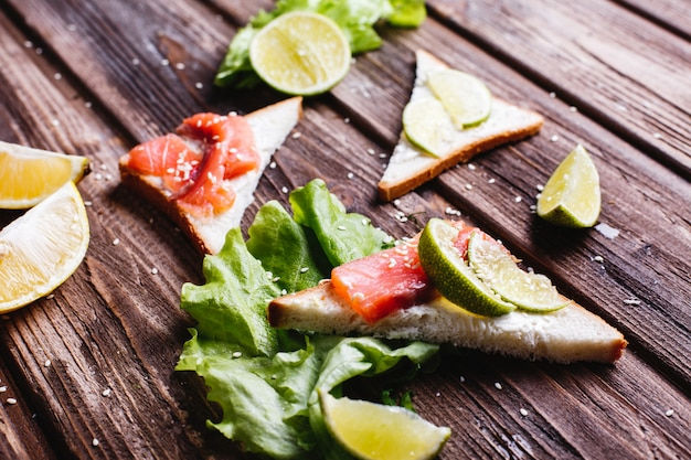 Cibo fresco e sano idee per la colazione o il pranzo pane con formaggio, avocado e salmone Foto Gratuite
