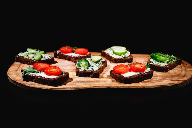 Cibo fresco e sano spuntini o idee per il pranzo. pane fatto in casa con formaggio, avocado Foto Gratuite