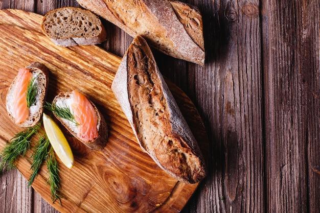Cibo fresco e sano spuntini o idee per il pranzo. pane fatto in casa con limone e salmone Foto Gratuite