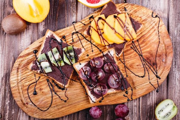 Cibo fresco, gustoso e sano idee per il pranzo o la colazione pane con burro al cioccolato, uva Foto Gratuite