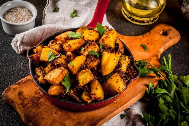 Cibo indiano, patate bombay Foto Premium