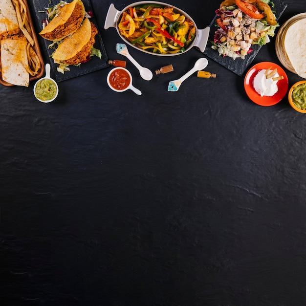 Cibo messicano su sfondo nero Foto Gratuite