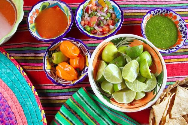 Cibo messicano vario salse chili nachos limone Foto Premium