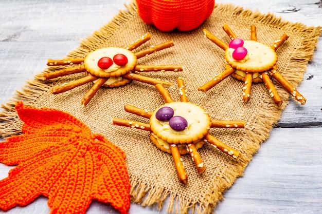 Cibo per bambini divertente. ragni commestibili, concetto di halloween Foto Premium