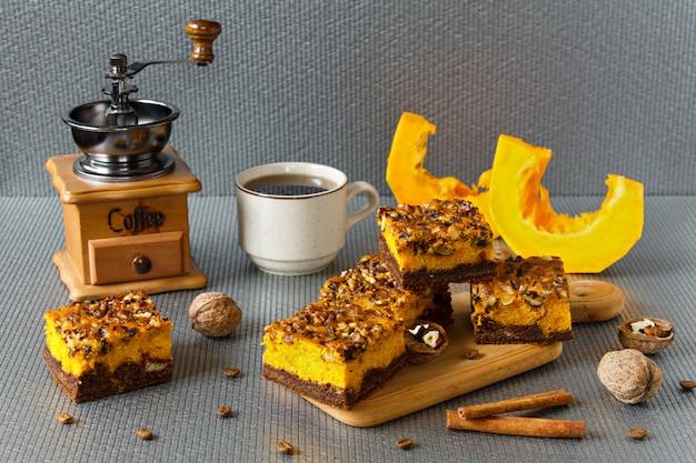 Cibo per halloween. brownie al cioccolato artigianale con noci e uno strato di zucca. caffè con torte. Foto Premium