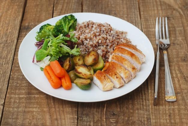 Cibo salutare. grano saraceno, petto di pollo e verdure. Foto Premium