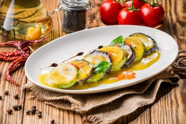 Cibo sano cibo bello e gustoso su un piatto Foto Premium