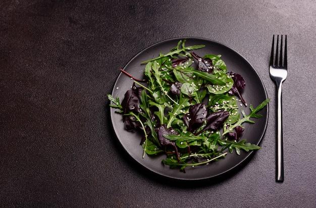 Cibo sano, mix di insalate con rucola, spinaci, sangue di toro, foglie di barbabietola e micro verdure. Foto Premium