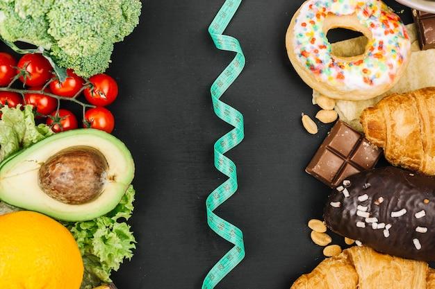 Cibo sano vs cibo malsano Foto Gratuite