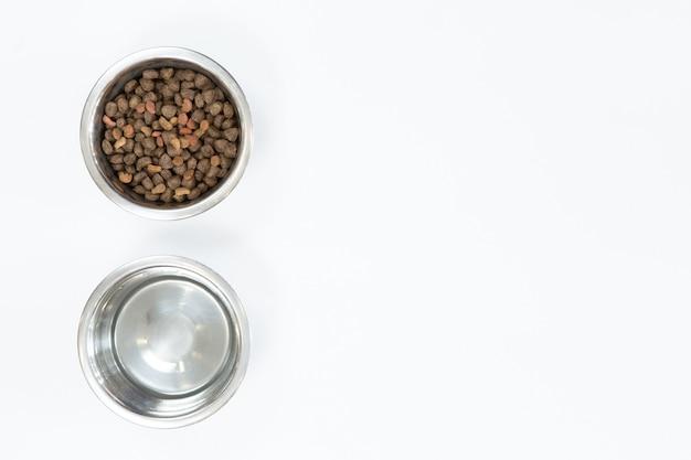 Cibo secco per cani in ciotola di metallo, vista dall'alto e piatto disteso Foto Premium