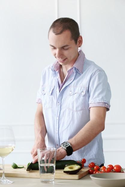 Cibo. splendido uomo in cucina Foto Gratuite