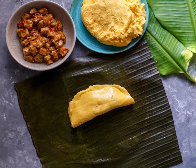 Cibo venezuelano di natale, hallacas o tamales, foglia di banana Foto Premium