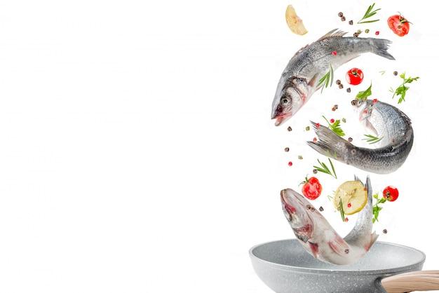 Cibo volante, pesce crudo di branzino con spezie Foto Premium