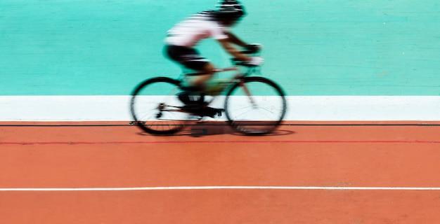 Ciclista in bicicletta in uno stadio Foto Gratuite