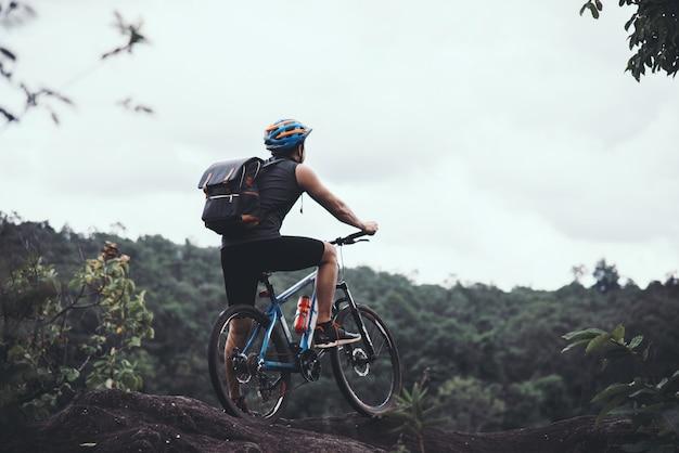 Ciclista su sunny day. foto di viaggio di avventura di punta Foto Gratuite