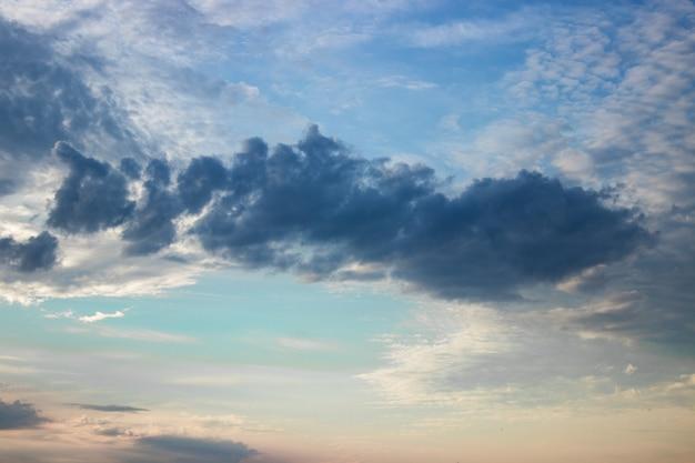 Cielo al tramonto arancia ardente. cielo in una bella luce dell'alba, sfondo naturale Foto Premium