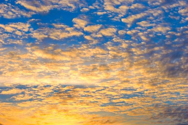 Cielo al tramonto drammatico con nuvole di fuoco, colori gialli, arancioni e rosa Foto Premium