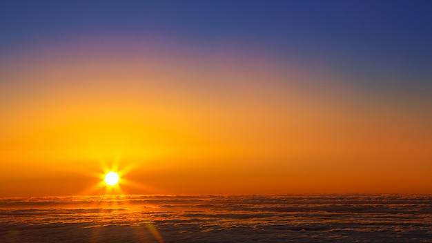 Cielo al tramonto sopra il mare di foschia di nuvole a la palma Foto Premium