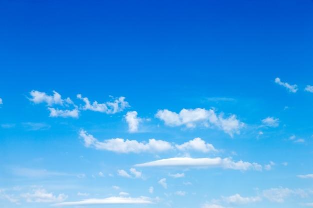 Cielo azzurro con nuvole Foto Premium