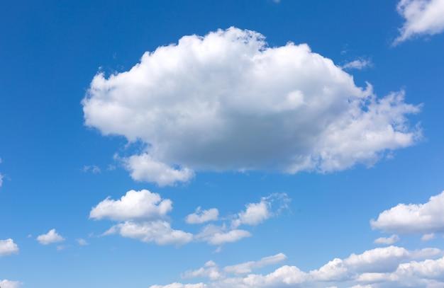 Cielo blu con nuvole bianche. Foto Premium