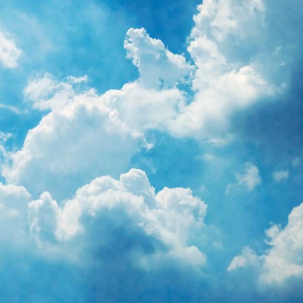 Cielo blu con sfondo di nuvole Foto Premium