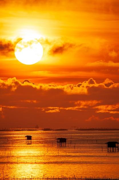 Cielo drammatico colorato con nuvole al tramonto Foto Premium