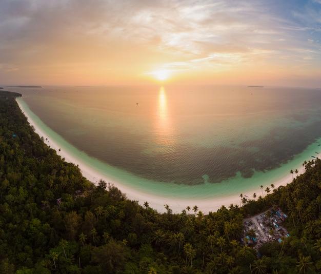 Cielo drammatico del mare caraibico della scogliera dell'isola della spiaggia tropicale di vista aerea all'alba di tramonto. indonesia, arcipelago delle molucche, isole kei, mare di banda. la migliore destinazione di viaggio, snorkeling per immersioni Foto Premium
