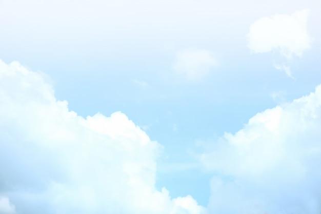 Cielo luminoso con nuvole bianche Foto Premium