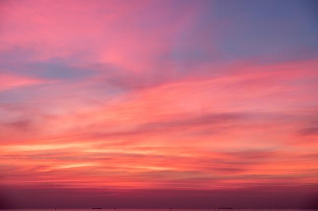 Cielo nei colori rosa, blu e viola Foto Premium
