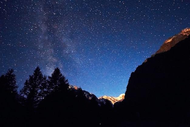 Cielo notturno in montagna via lattea. milioni di stelle Foto Premium