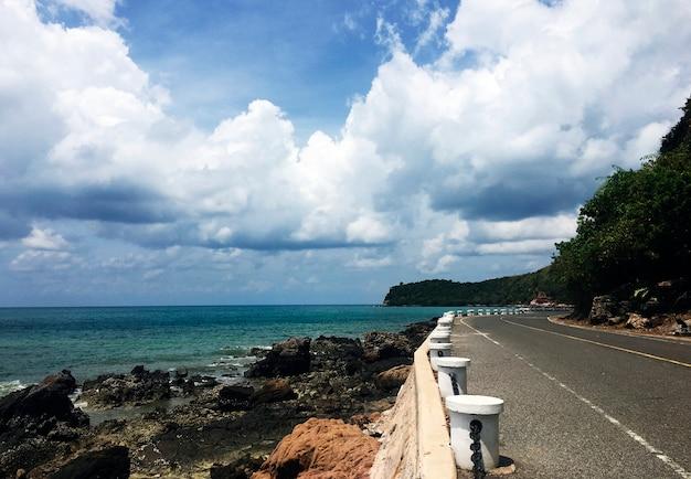 Cielo nuvoloso oceano riverside cielo zona collinare outskirt Foto Gratuite