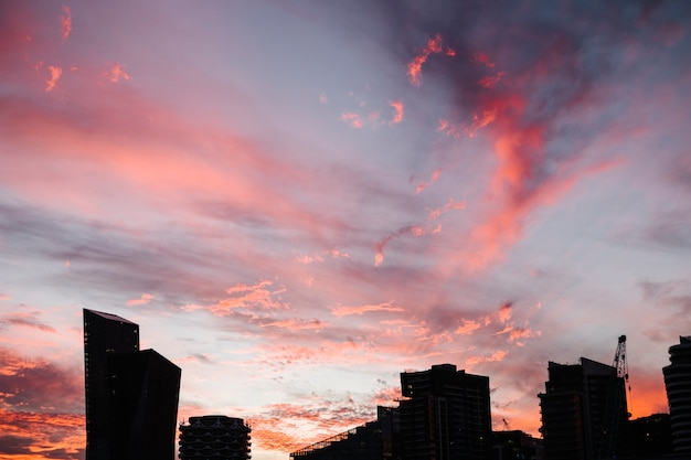 Cielo rosso e città Foto Gratuite