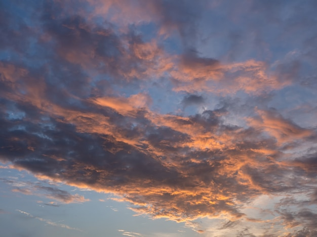Cielo serale con nuvole blu, bianche e arancioni. Foto Premium