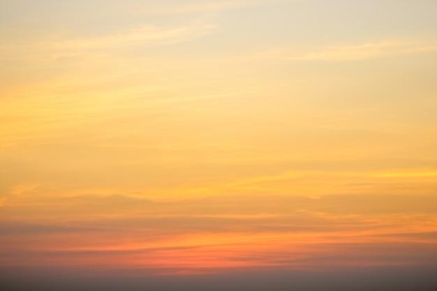 Cielo sereno con cielo nuvoloso Foto Premium