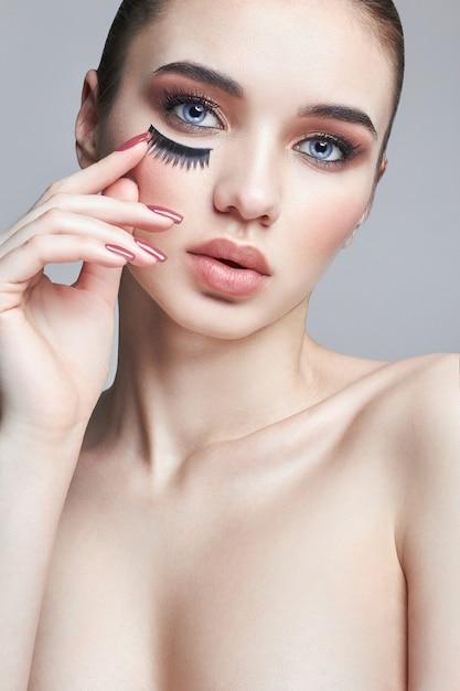 Ciglia finte sugli occhi, trucco cosmetico Foto Premium