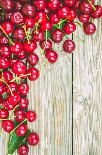 Ciliegie rosse messa a fuoco selettiva cibo natura frutto. Foto Premium